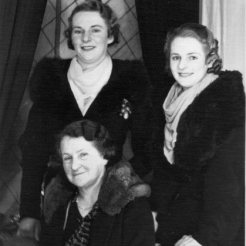 Thelma and Dulcie Parkinson with mother Elizabeth